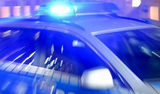 Bei einer Fahndung hat ein Polizeiauto einen Fußgänger erfasst. (Foto)