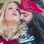 Es ist nicht Barbara Schönebergers Ehemann, der auf diesem Bild herzlich umschlungen an die Brüste der Blondine fasst.
