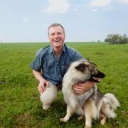 Rinderzüchter Christian (56) liebt seine Hündin und seine Kühe über alles.