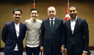 Gemeinsames Foto mit dem türkischen Staatspräsident Erdogan (2. von rechts): Die Fußballspieler Ilkay Gündogan, Mesut Özil und Cenk Tosun (von links). (Foto)
