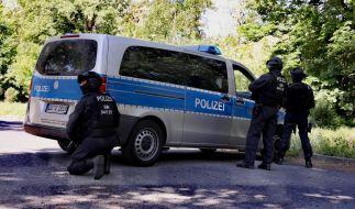 Polizisten bei der Fahndung nach dem 33-jährigen Verdächtigen in Königsbrück bei Dresden. (Foto)