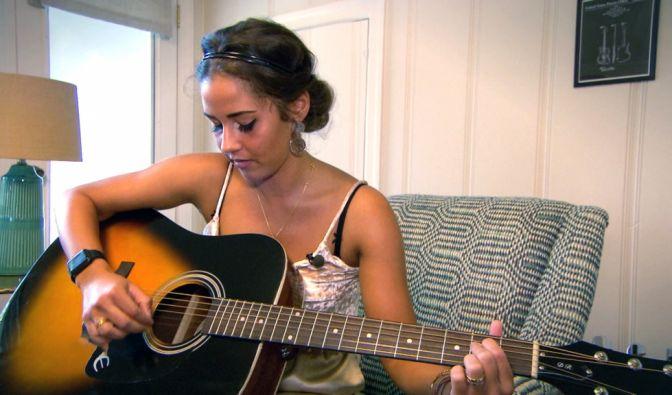 Sarah Lombardi beim Gitarrespielen.