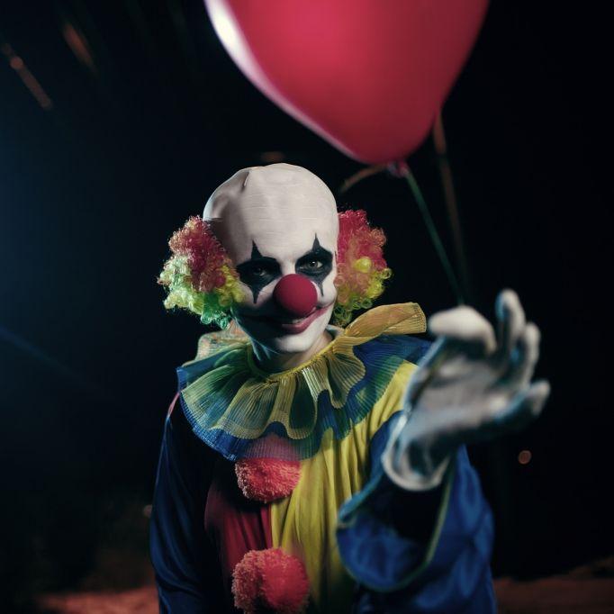 Vor den Augen ihrer Kinder! Killer-Clown ermordet Ex-Freundin (Foto)