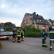 Einsatzkräfte der Feuerwehr und des THW: Wirbelsturm beschädigt Wohnhäuser in NRW.