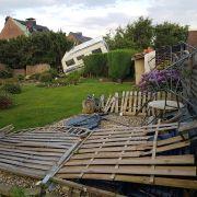 In Boisheim wirbelte der Tornado ein Wohnmobil durch einen Garten.