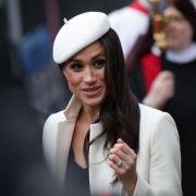Wird Meghan Markles Hochzeitskleit diese Farbe haben? Für einen Besuch in der Westminster Abbey trug sie einen cremefarbenen Mantel von Amanda Wakeley.