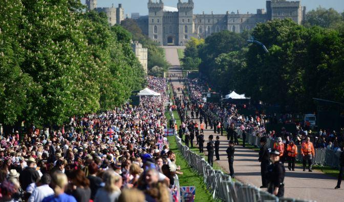Zuschauer versammeln sich am Long Walk vor Beginn der Hochzeitsfeierlichkeiten.