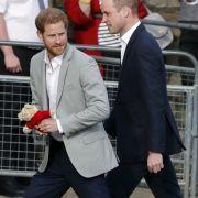 Der britische Prinz Harry (l) und sein Bruder Prinz William kehren zurück ins Schloss Windsor, nachdem sie Menschen vor dem Schloss Windsor begrüßt haben.