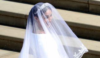 Meghan Markle steig in ihrem Givenchy-Brautkleiddie Stufen zur St.-Georgs-Kapelle hinauf. (Foto)