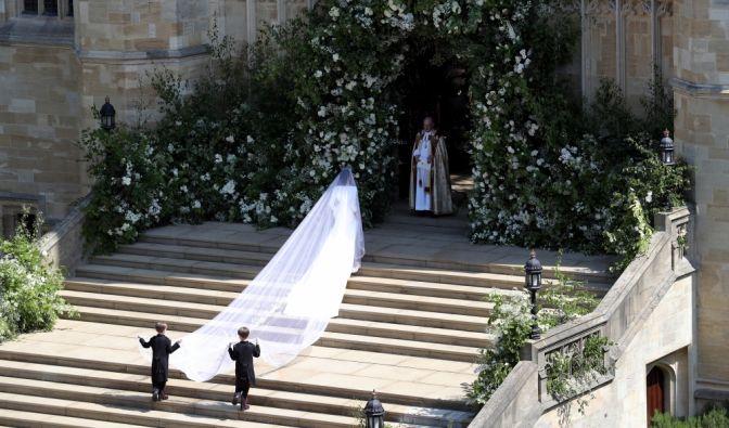 Meghan Markle steigt die Stufen der Kirche hinauf.