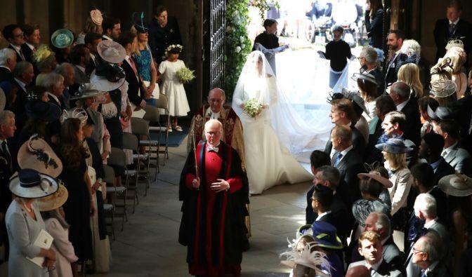 Meghan Markle betritt die Kirche.