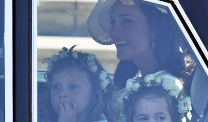 Herzogin Kate und zwei der 10 Blumenkinder, darunter ihre Tochter, Prinzessin Charlotte.