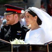 Prinz Harry und Meghan Markle verlassen nach der Trauung die St.-Georgs-Kapelle in einer Kutsche.