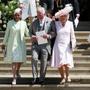 Doria Ragland (l-r), Mutter der Braut, Prinz Charles und Herzogin Camilla verlassen nach der Trauung die St.-Georgs-Kapelle.
