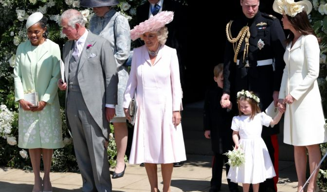 Doria Ragland (l-r), Mutter der Braut, Prinz Charles, Herzogin Camilla, Prinz William, Herzogin Kate und Prinzessin Charlotte (unten, r) verlassen nach der Trauung die St.-Georgs-Kapelle.