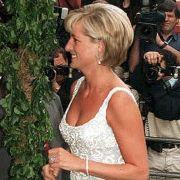 Prinzessin Diana, geht zu einem VIP-Empfang des Auktionshauses Christies, dabei trägt sie den Aquamarin-Ring, der nun Meghan gehört.