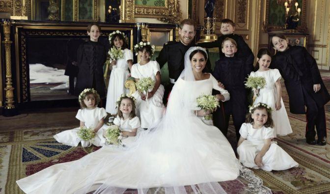 Dieses vom Kensington-Palast zur Verfügung gestellte Bild zeigt eines der offiziellen Hochzeitsbilder von Prinz Harry (Mitte, 2. Reihe) und Herzogin Meghan (M).
