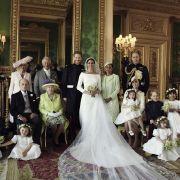 Dieses vom Kensington-Palast zur Verfügung gestellte Bild zeigt eines der offiziellen Hochzeitsbilder von Prinz Harry (Mitte, l) und Herzogin Meghan (M).