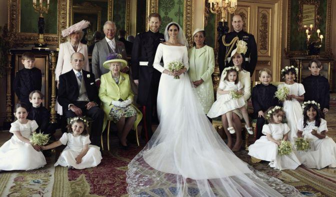Dieses vom Kensington-Palast zur Verfügung gestellte Bild zeigt eines der offiziellen Hochzeitsbilder von Prinz Harry (Mitte, l) und Herzogin Meghan (M). (Foto)
