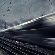 Mindestens 13 Verletzte! Personenzug prallt auf LKW (Foto)