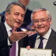 Der ehemalige DFB-Präsident Wolfgang Niersbach und der Ex-Fußballfunktionär Horst R. Schmidt sind in der Affäre um die Fußball-WM 2006 angeklagt worden. (Foto)