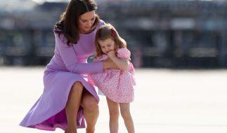 Kate Middleton kniet neben Tochter Charlotte beim Deutschlandbesuch 2017 in Hamburg. (Foto)