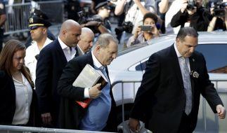Harvey Weinstein (Mitte) und seine Anwälten auf dem Weg zum Gebäude der New Yorker Polizei. (Foto)