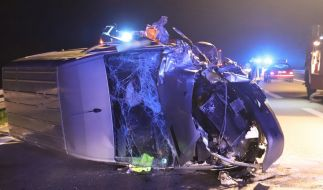 Das Das Wrack eines Kleintransporters steht nach einem Zusammenstoß mit einer Geisterfahrerin an der Unfallstelle auf der Autobahn 7 nahe Illertissen. (Foto)