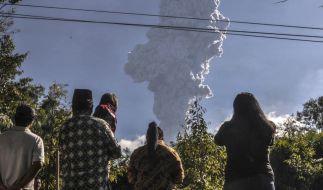 Der Vulkan Merapi auf der indonesischen Insel Java ist ausgebrochen.Anwohner beobachen den Asche spuckenden Vulkan. (Foto)
