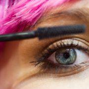 Frau wegen zu viel Make-up fast erblindet (Foto)