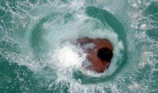 Nicht immer hat der Sprung ins Badegwässer erfreuliche Folgen - jährlich sterben unzählige Menschen bei Badeunfällen (Symbolfoto). (Foto)