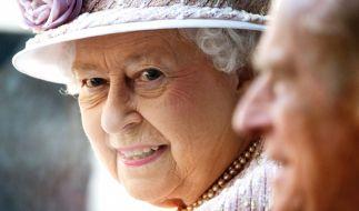 Beim Besuch der Queen bei einem Pferderennen kam es zu einem peinlichen Nippelblitzer. (Foto)