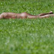 Bauer überfährt nackten Sonnenanbeter (Foto)