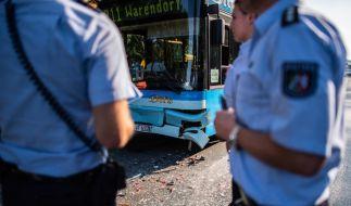 In Münster schob ein Linienbus an einer Ampel mehrere Autos ineinander. (Foto)