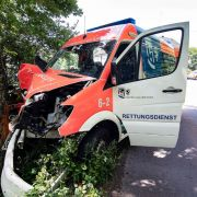 """Horror-""""Rettungsfahrt""""! Krankenwagen kracht mit Patient gegen Baum (Foto)"""