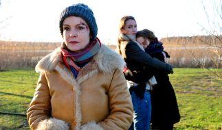 (v.l.) Karin (Katrin Sass) mit Julia (Lisa Maria Potthoff) und Anke Krenzlin (Mathilde Bundschuh) am Tatort. (Foto)