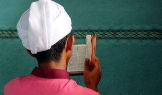 Ein Muslim liest aus dem Koran: Während des Fastenmonats Ramadan stehen Gebete im Vordergrund, auf Essen und Trinken wird dagegen verzichtet. (Foto)
