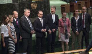 Heiko Maas (M), Außenminister von Deutschland, steht mit seinen Mitarbeitern im Saal des UN-Sicherheitsrates für ein Bild zusammen. (Foto)