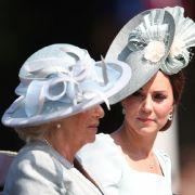 Herzogin Camilla (l.) und Herzogin Kate kommen gemeinsam in einer Kutsche zu der Militärparade