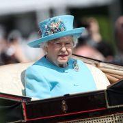 Die britische Königin Elizabeth II. fährt ohne Prinz Philipp in ihrer Kutsche.