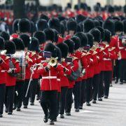 Soldaten marschieren bei der Militärparade
