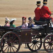 Gräfin Sophie (l-r), Prinzessin Eugenie, Prinzessin Beatrice und Lady Louise in einer Kutsche.
