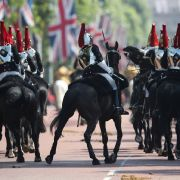 Mitglieder der Household Cavalry reiten die Mall entlang zur Militärparade.