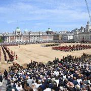 Zuschauer verfolgen das 1. Bataillon der Coldstream-Garde bei der Militärparade.
