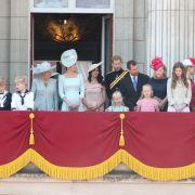 Nach der Parade stehenHerzogin Camilla (Mitte, l-r), Herzogin Catherine, Herzogin Meghan, Prinz Harry, Peter Phillips und seine Frau Autumn Phillips auf dem Balkon des Buckingham Palastes.