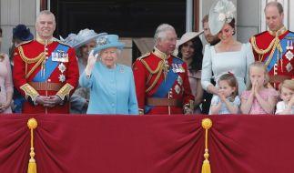 """Die Queen winkt vom Balkon des Buckingham Palastes anlässlich der """"Trooping the Colour""""-Militärparade. (Foto)"""