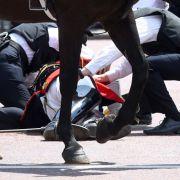 Bei der Militärparade kam es zu einem Zwischenfall:Lord Guthrie, ehemaliger Chef des Verteidigungsstabes, fiel vom Pferd.