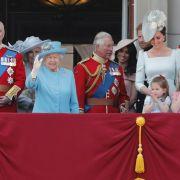 Die Queen zwischen ihren Söhnen Prinz Andrew und Prinz Charles.