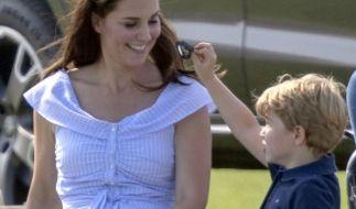 """Catherine """"Kate"""" Middleton, Herzogin von Cambridge, scherzt mit ihrem SohnPrinz George Alexander Louis of Cambridge, der Spielzeugwaffen in den Händen hält. (Foto)"""