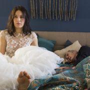 Katrin (Nicolette Krebitz) und Horst (Peter Prager) wachen einen Tag nach Renates Tod auf.